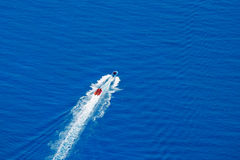 Uppblåsbar flotteflyttning på den simulerade floden Royaltyfri Foto