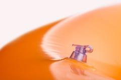 Uppblåsbar orange badkudde med ventilen Arkivbilder