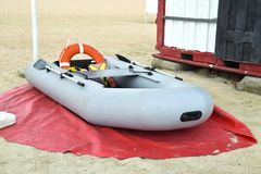 uppblåsbar räddningsaktion för fartyg Grått uppblåsbart fartyg på stranden i Fotografering för Bildbyråer