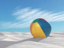 Uppblåsbar strandboll på sand Arkivfoto
