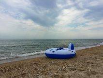uppblåsbar vit - blå cirkel på stranden Royaltyfri Fotografi
