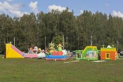 Uppblåsbara trampolin är roliga för barn i staden av Veliky Ustyug Arkivfoton