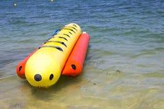 Uppblåsbart bananfartyg på havet Royaltyfri Foto