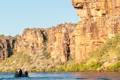 Uppblåsbart Rubber fartyg som kryssar omkring konungen George River Gorge, Kimberley Coast, Australien arkivfoton