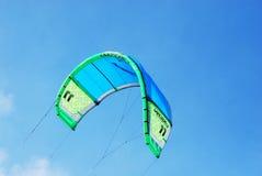 Uppblåst maktdrake i himlen för Kiteboarding Arkivbild