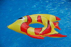 Uppblåsta leksaker i en simbassäng Arkivfoto