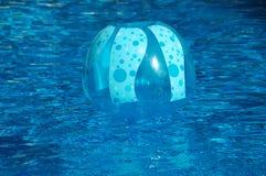 Uppblåsta leksaker i en simbassäng Arkivbild