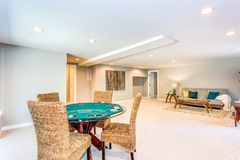 Uppdaterad hemmiljö med den rymliga källaren royaltyfri foto