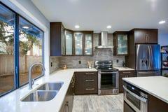 Uppdaterad modern kökruminre i vit- och mörkersignaler royaltyfri foto