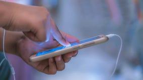 Uppdateringteknologinyheterna på mobiltelefonen arkivbilder