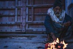 Uppehälle som är varm vid branden Fotografering för Bildbyråer