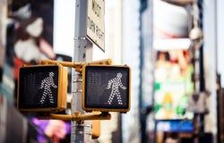 Uppehälle som går det New York trafiktecknet Royaltyfria Bilder