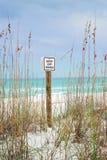 Uppehället av dyner undertecknar på den härliga Florida stranden Arkivfoto