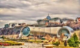Uppehållet av presidenten ovanför den kulturella mitten i Tbilisi arkivfoto