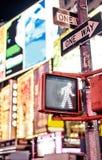 Uppehälle som går det New York trafiktecknet Fotografering för Bildbyråer
