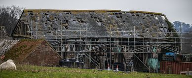 Upper Wilting Farmhouse Barn, Crowhurst, East Sussex. Very old barn built in 1600 AD. This barn being repaired stands on land once owned by King Harold Godwinson stock photos