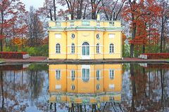 Upperbath亭子在Tsarskoe有反射的selo公园在水中 秋天甚而草绿色留下橙色平静的视图天气 库存图片