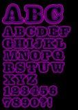 Uppercase neonuppsättning för alfabet i lilor, inklusive nummer Arkivbilder