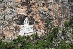 Upperkyrka av den Ostrog kloster Arkivbild
