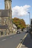 Uppermill主路在一晴朗的秋天天 免版税库存照片