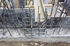 Upperskottet av nytt texturerat järn klibbar i konkret kolonn på konstruktionsplatsen arkivfoto