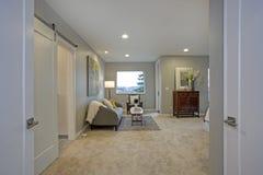 Uppför trappan bedöva det ledar- sovrummet med den läs- vrån royaltyfria foton