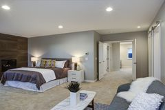 Uppför trappan bedöva det ledar- sovrummet med spisen och det privata däcket fotografering för bildbyråer