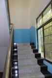 Uppför trappan nära ett fönster Arkivfoto