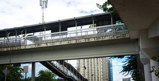Uppför trappan på fotoet för fot- bro som tas i Jakarta Indonesien Royaltyfri Foto