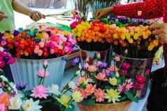 Uppfinningen av pappers- blommor Royaltyfri Fotografi