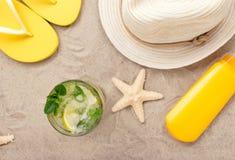 Uppfriskande coctail för sommar på stranden med strandobjekt royaltyfria foton
