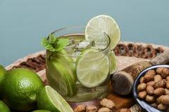 Uppfriskande coctail med den gröna citronen och is royaltyfria foton