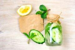 Uppfriskande drink i en flaska med en pappers- etikett fotografering för bildbyråer