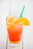 Uppfriskande exponeringsglas av naturlig orange fruktsaft Arkivfoto