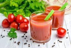 Uppfriskande exponeringsglas av tomatfruktsaft Arkivfoton