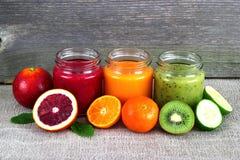Uppfriskande fruktsmoothie på grå färgtabellen arkivfoton