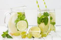 Uppfriskande hemlagad limefrukt- och mintkaramellcoctail över trätabellen för gammal tappning Ingett smaksatt vatten för Detox fr Royaltyfria Foton