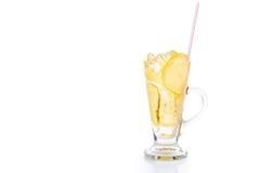 Uppfriskande iskallt ljust rödbrun citronte i genomskinligt exponeringsglas Royaltyfri Foto