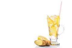 Uppfriskande iskallt ljust rödbrun citronte i genomskinligt exponeringsglas Arkivfoton