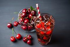 Uppfriskande kall körsbärsröd cola Arkivfoton