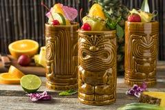 Uppfriskande kalla Tiki Drink Cocktails Arkivfoto