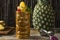 Uppfriskande kalla Tiki Drink Cocktails Arkivbilder