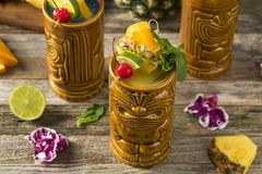 Uppfriskande kalla Tiki Drink Cocktails Royaltyfria Bilder
