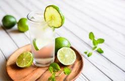 Uppfriskande limefruktdrink arkivfoton