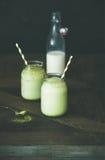 Uppfriskande med is drink för kokosnötmatchalatte i krus, kopieringsutrymme arkivbilder
