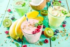 Uppfriskande milkshakar eller smoothies fotografering för bildbyråer