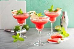 Uppfriskande sommarvattenmelonmargaritor med limefrukt arkivfoton