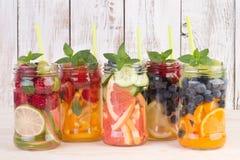 Uppfriskande vatten med frukter och mintkaramellen Fotografering för Bildbyråer