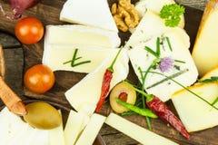 Uppfriskningar från olika typer av ost Sund frukost av mejeriprodukter Skivade ostar på en trätabell royaltyfri foto