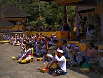 `-uppgiften sparar `-templet av heligt vatten, Bali, Indonesien, Asi Arkivfoton